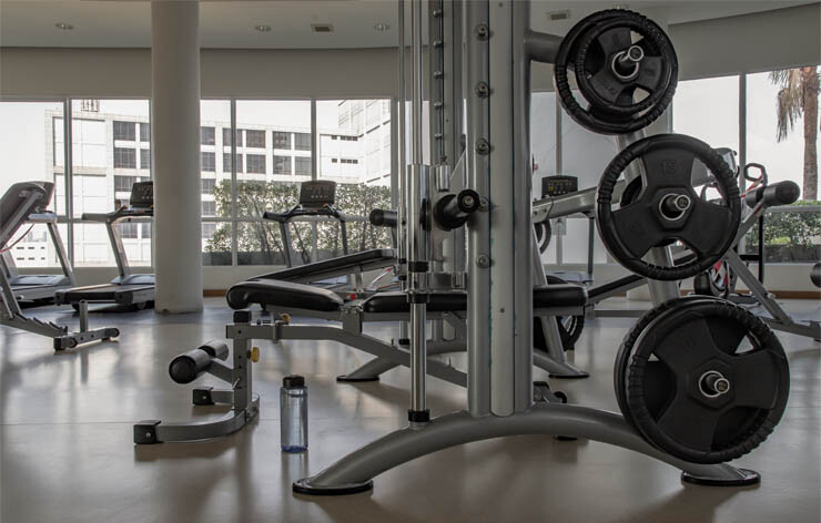 Fitnessstudioreinigung zur Sicherheit Ihrer Kunden: Mit einem sorgfältig gesäuberten Fitnesscenter bieten Sie Ihren Kunden eine gesunde Umgebung für deren Trainingseinheiten.