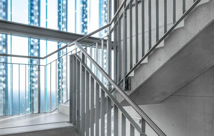 Treppenhausreinigung in vollem Umfang: Wir reinigen Ihr Treppenhaus und alles, was dazugehört. Unsere gründliche Reinigung lässt Ihren Eingangsbereich strahlen wie neu.